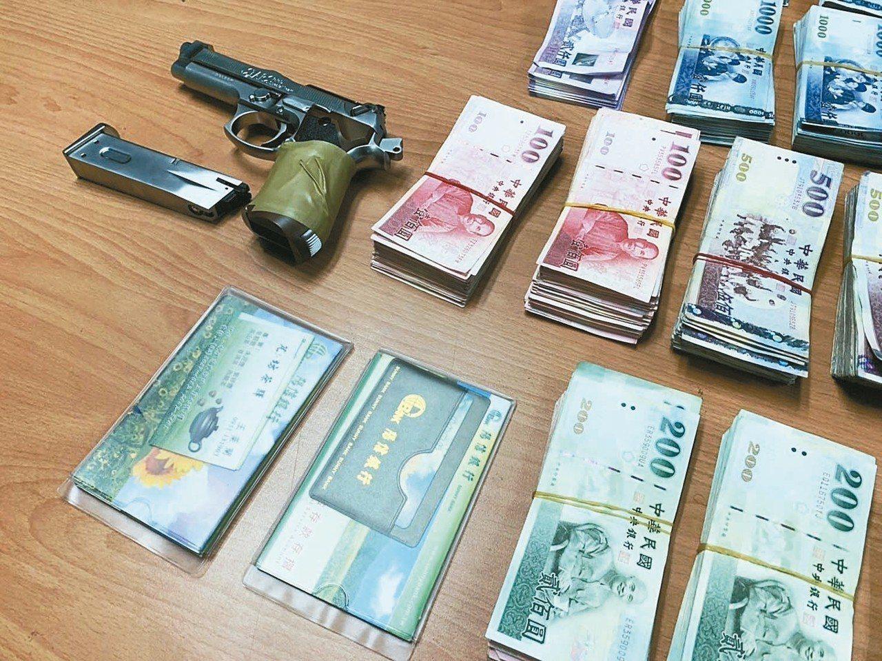 警方起獲233餘萬元贓款與犯案的玩具槍。 圖/警方提供