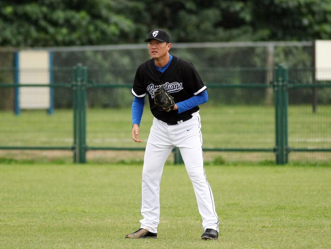王建民在新聞盃上場守右外野。 圖/台灣棒球記者作家協會提供
