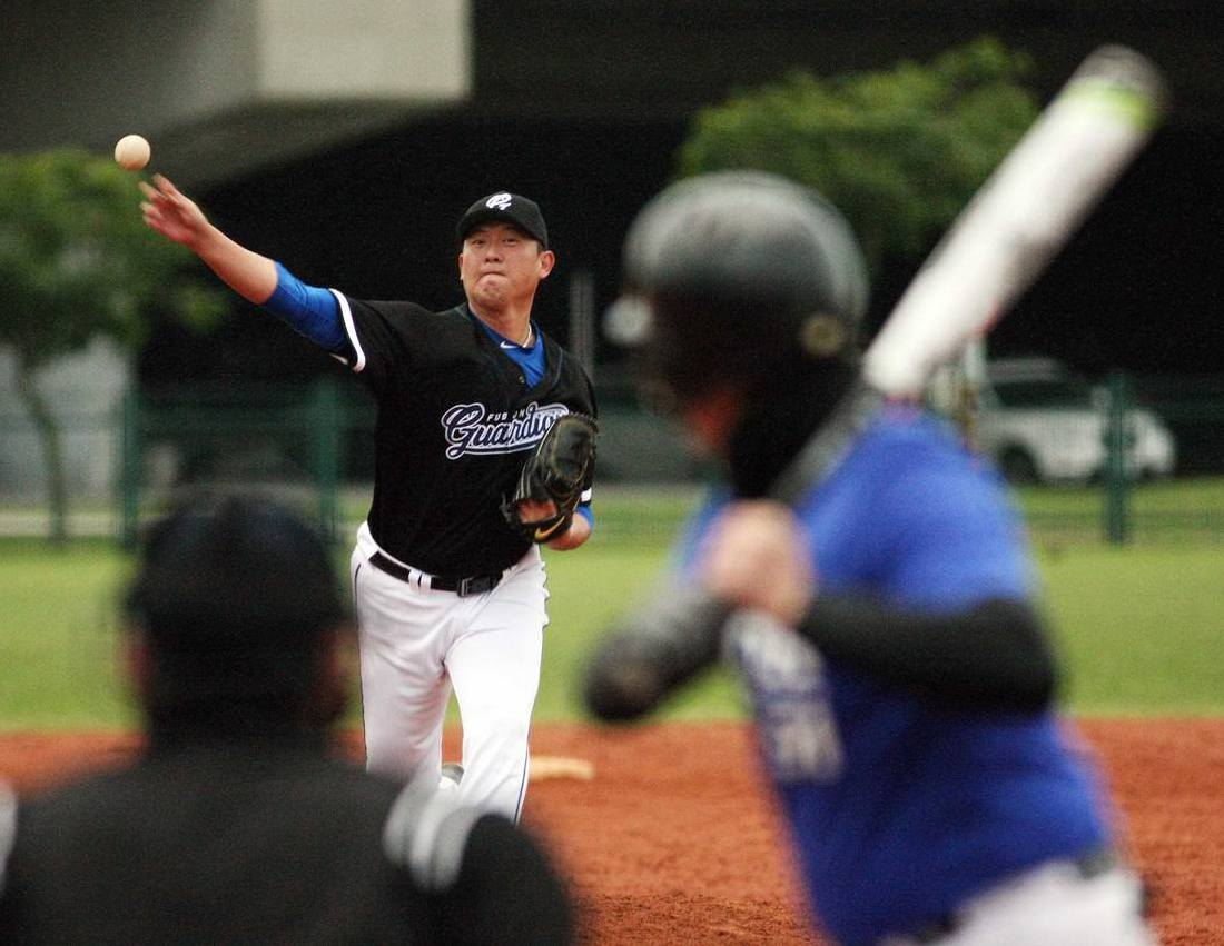 王建民在新聞盃上場登板投球。 圖/台灣棒球記者作家協會提供