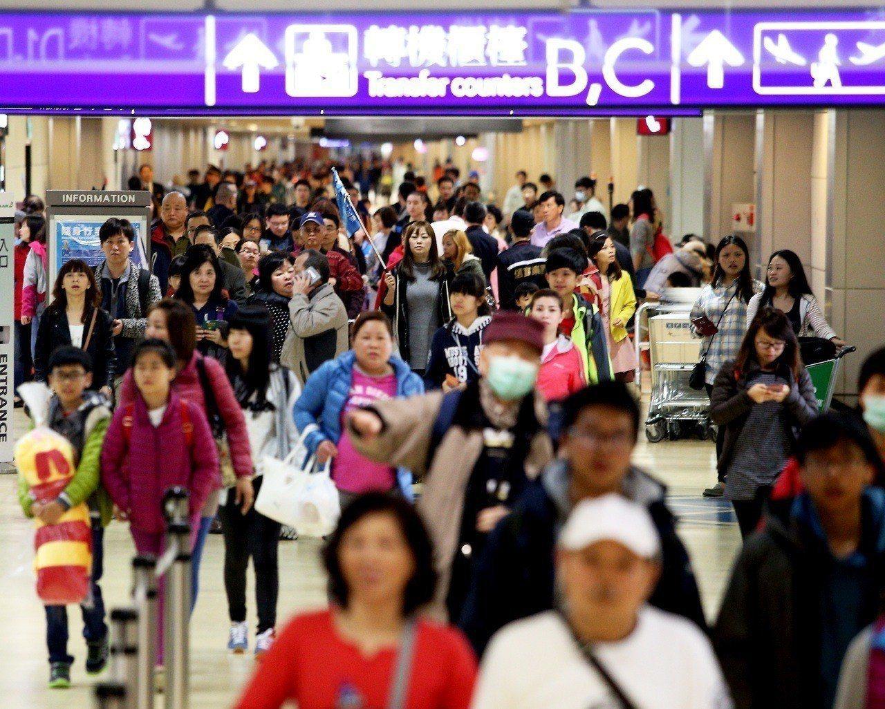 移民署指出,目前脫團人數還有125人,包括89男36女,持續積極追查中。圖為機場...