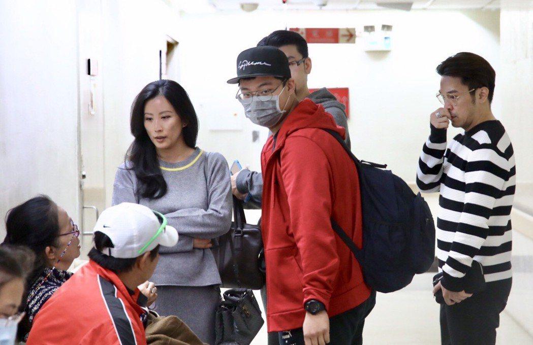 灰衣女19日在袁惟仁病房外跟袁媽討論狀況,媒體甚至發現袁媽在數落她,後來才知是在