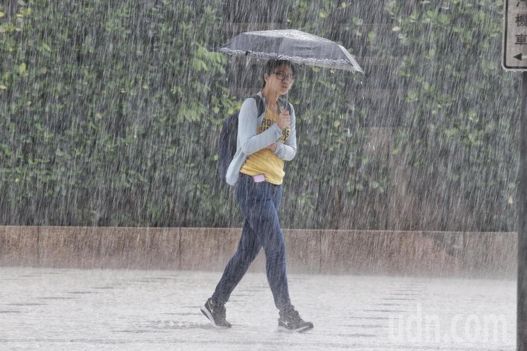 東北季風及華南雲雨區東移影響,中央氣象局今天(16日)下午發布雙北市、基隆大雨特...