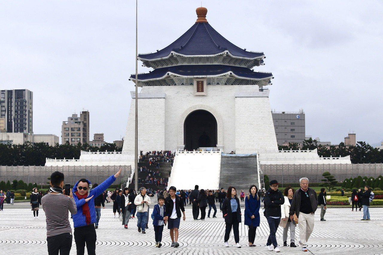 中正紀念堂轉型方案受關注。圖為觀光客與中正紀念堂合影。 聯合報系資料照/記者林伯...