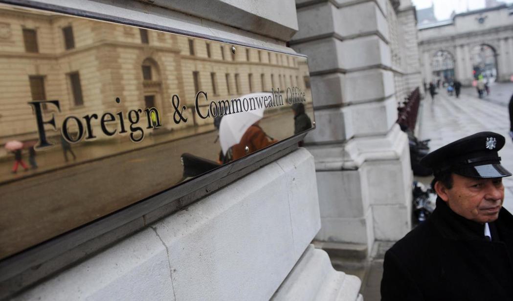 英國外交部公布了過去一年接獲的怪異求助電話。圖為倫敦外交部大樓。(歐新社)