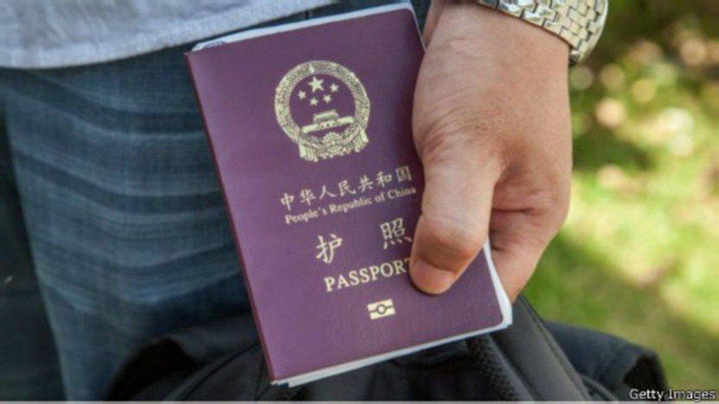 中國政府從明年1月1日起,調整海外中國公民的護照申辦規定,換領護照不再要求在國外...