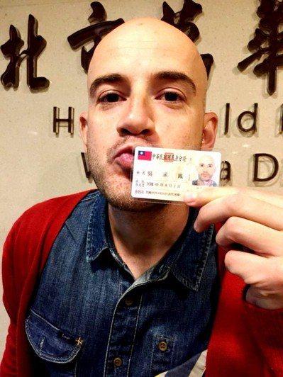 吳鳳受訪時表示,今年對他來說是很特別的一年,不僅拿到中華民國身分證,又受邀參與元...