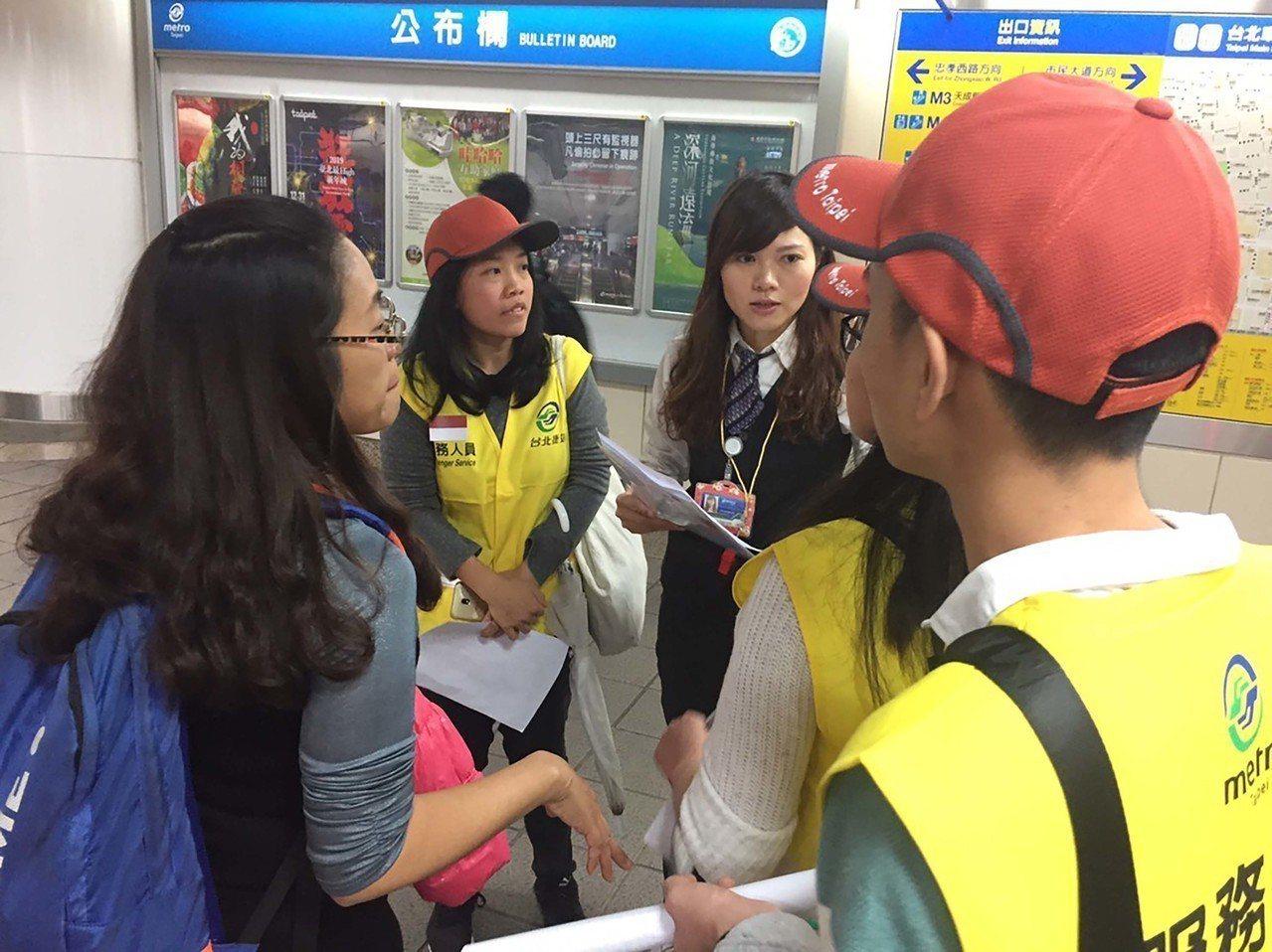 台北捷運公司和台灣外籍勞動者發展協會合作,找了12名越南和印尼籍志工,31日晚上...