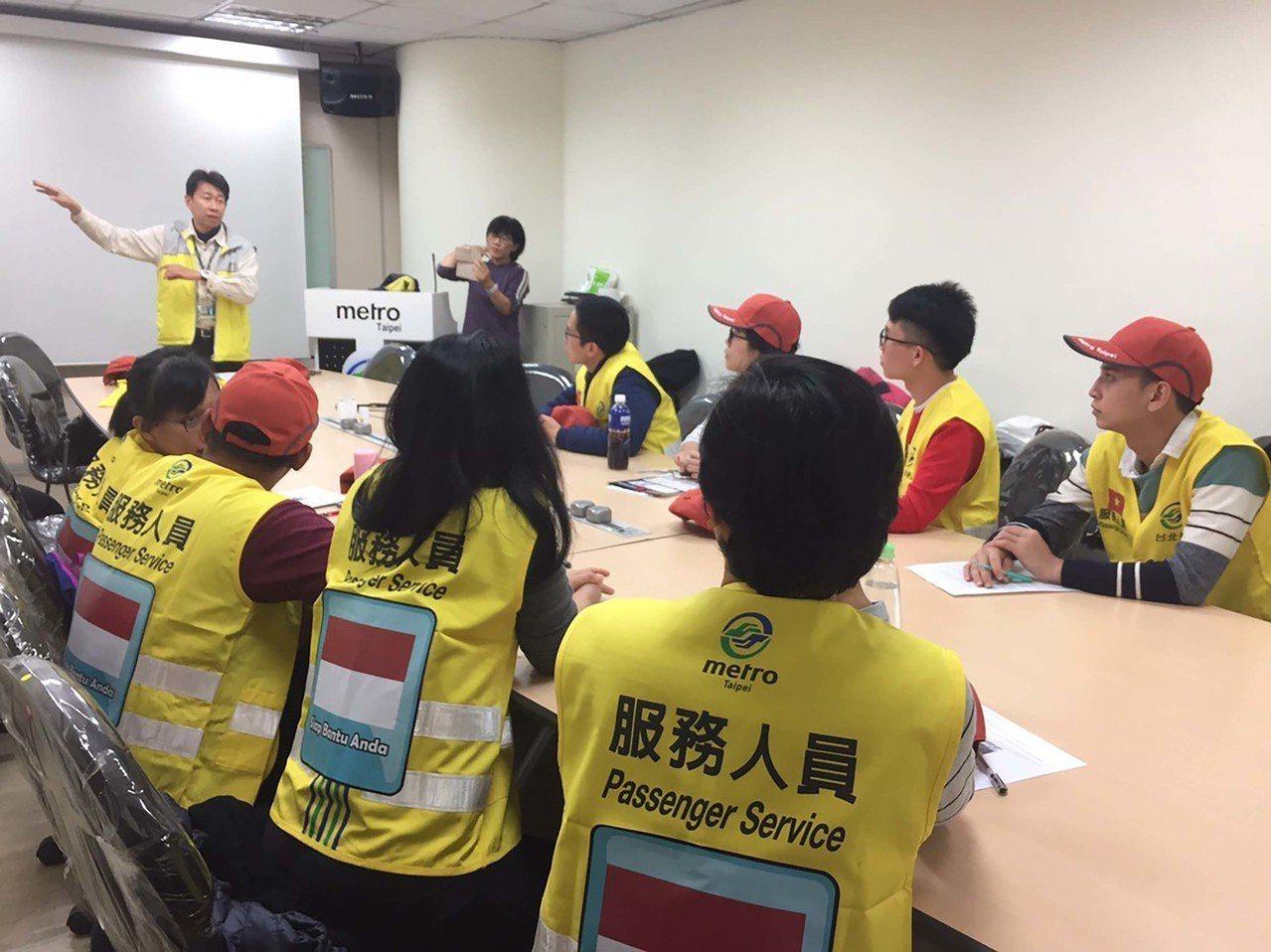 由於東南亞移工及旅客參與跨年人數倍增,今年首度有精通中文的印尼、越南籍移工擔任外...
