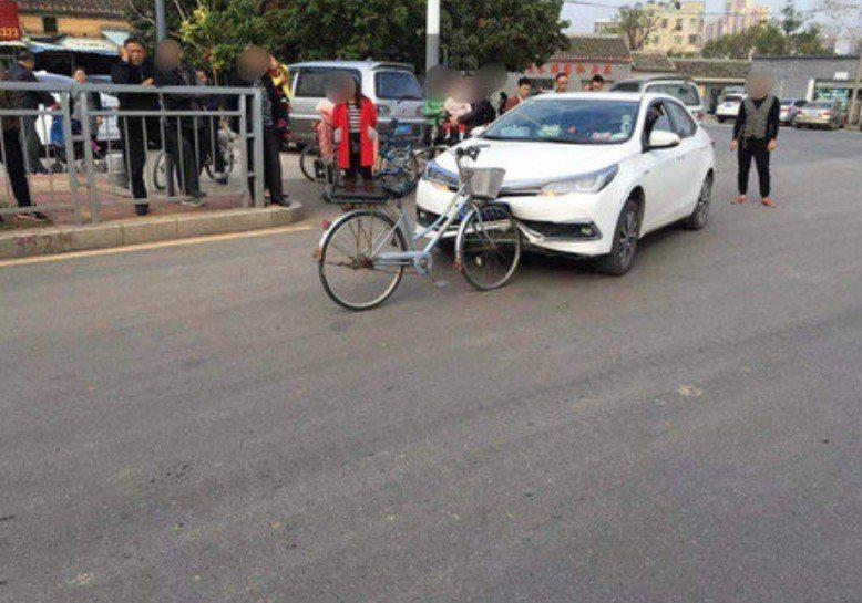 腳踏車撞爛汽車的照片引起網友質疑P圖,但警方PO出影片證明絕無造假。 圖擷自人民...