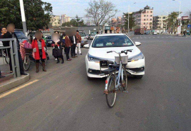 大陸深圳發生一起腳踏車撞爛汽車的意外,汽車的保險桿凹陷,讓路人看了嘖嘖稱奇。 圖...