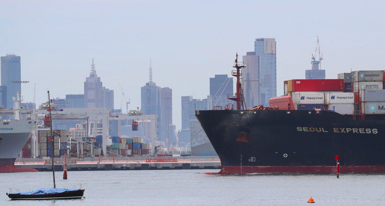有11國參與的《跨太平洋夥伴全面進步協定》(CPTPP)30日起生效。圖為貨輪航...