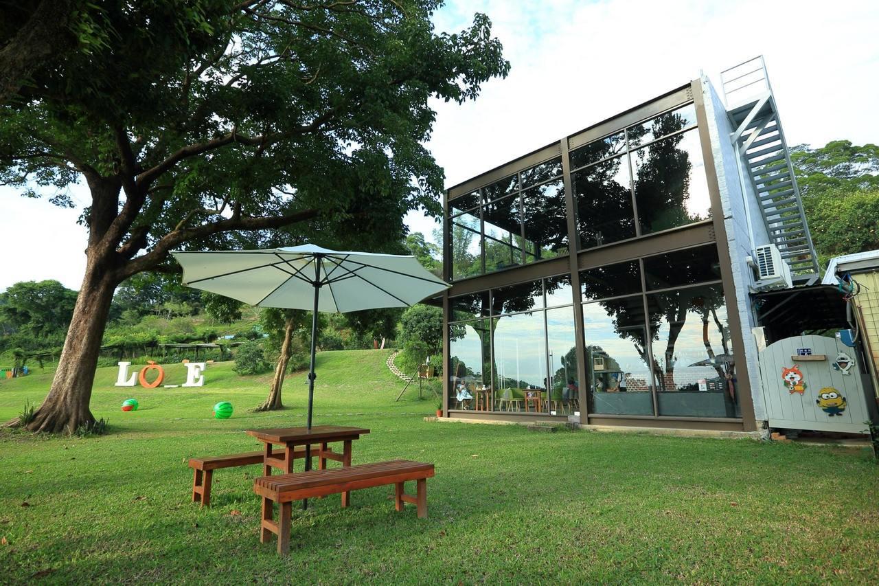 橙香森林內有森林玻璃屋,在偌大草地中佇立。圖/摘自澄香森林粉絲團