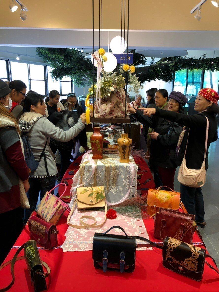皮雕班在阿里山鄉鄒族自然與文化中心舉辦結訓典禮暨學員皮雕作品特展。圖/讀者提供
