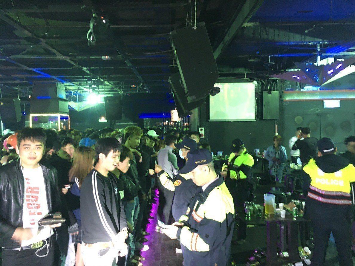 台中市第一警分局和移民署昨晚在東協廣場,嚴查移工身分。圖/警方提供