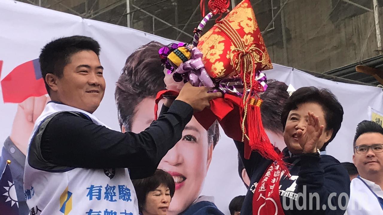 立法委員顏寛恒送粽意義「包中」。記者陳秋雲/攝影