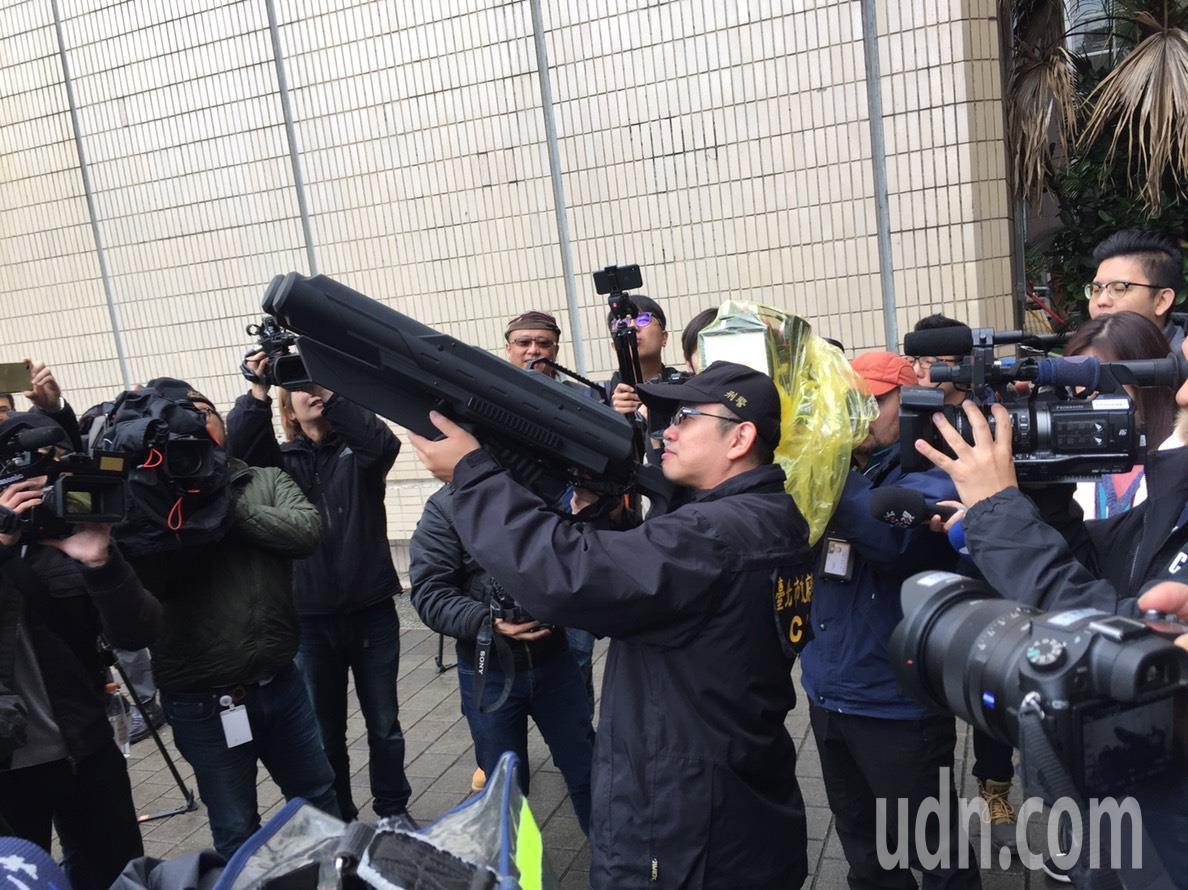 警方運用「空拍機攔截器」干擾空拍機飛行,帶領其回到地面。圖/信義分局提供