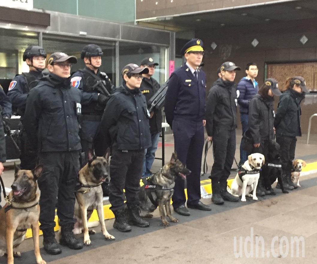 信義分局、刑大特勤中隊及新北市警局警犬隊,共同組成「反恐打擊部隊」。圖/信義分局...