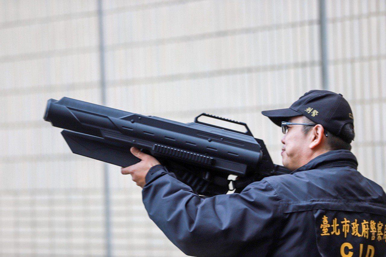 為避免有心人士未經申准使用空拍機,或民眾操作不當而造成來自空中的危害,警方也將運...