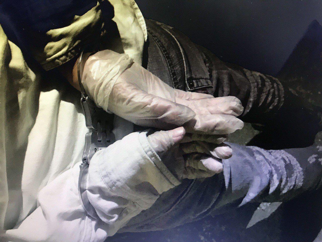 姜姓男子手戴塑膠手套,避免形跡敗露。記者林伯驊/翻攝