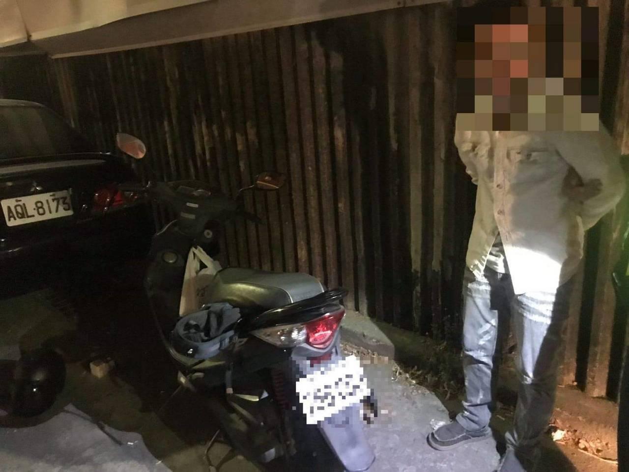 警方查獲姜姓男子的機車懸掛失竊車牌。記者林伯驊/翻攝