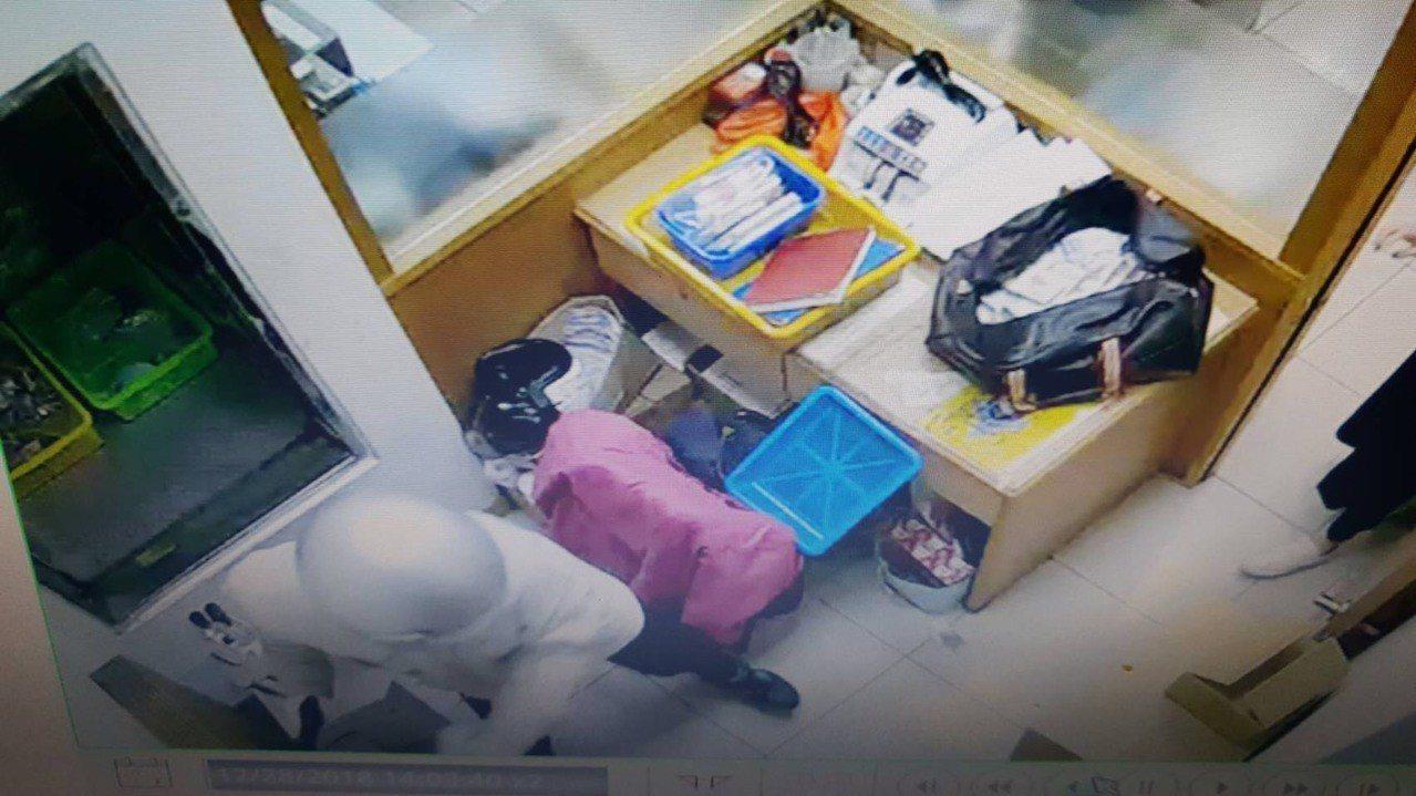游甯鈞在銀行內搜刮現金畫面。記者袁志豪/翻攝