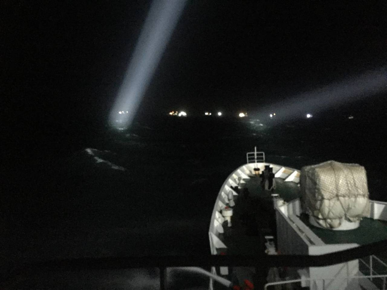 海巡署調派大型巡防艦台南艦前往澎湖水域執行驅離任務,以水砲強勢驅離陸船。海巡署提...