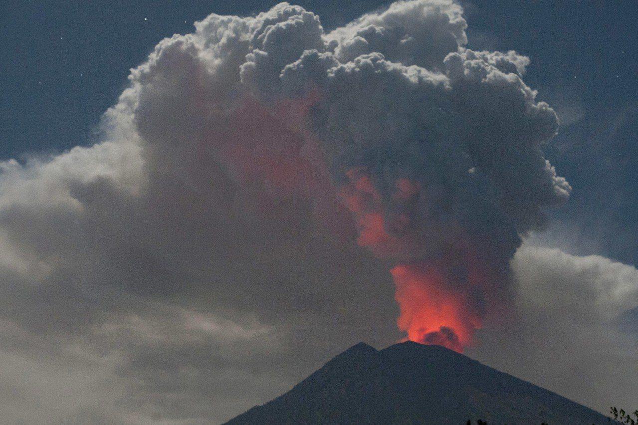 峇里島的阿貢火山30日早上又噴發。圖為阿貢火山7月29日噴發的資料照片。美聯社