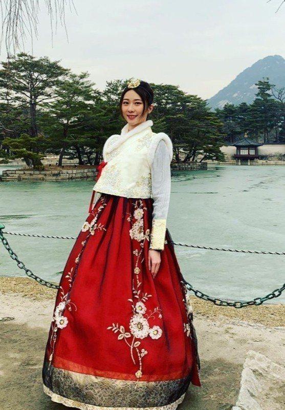 張景嵐日前到韓國旅行,入境隨俗穿著韓服。圖/摘自IG