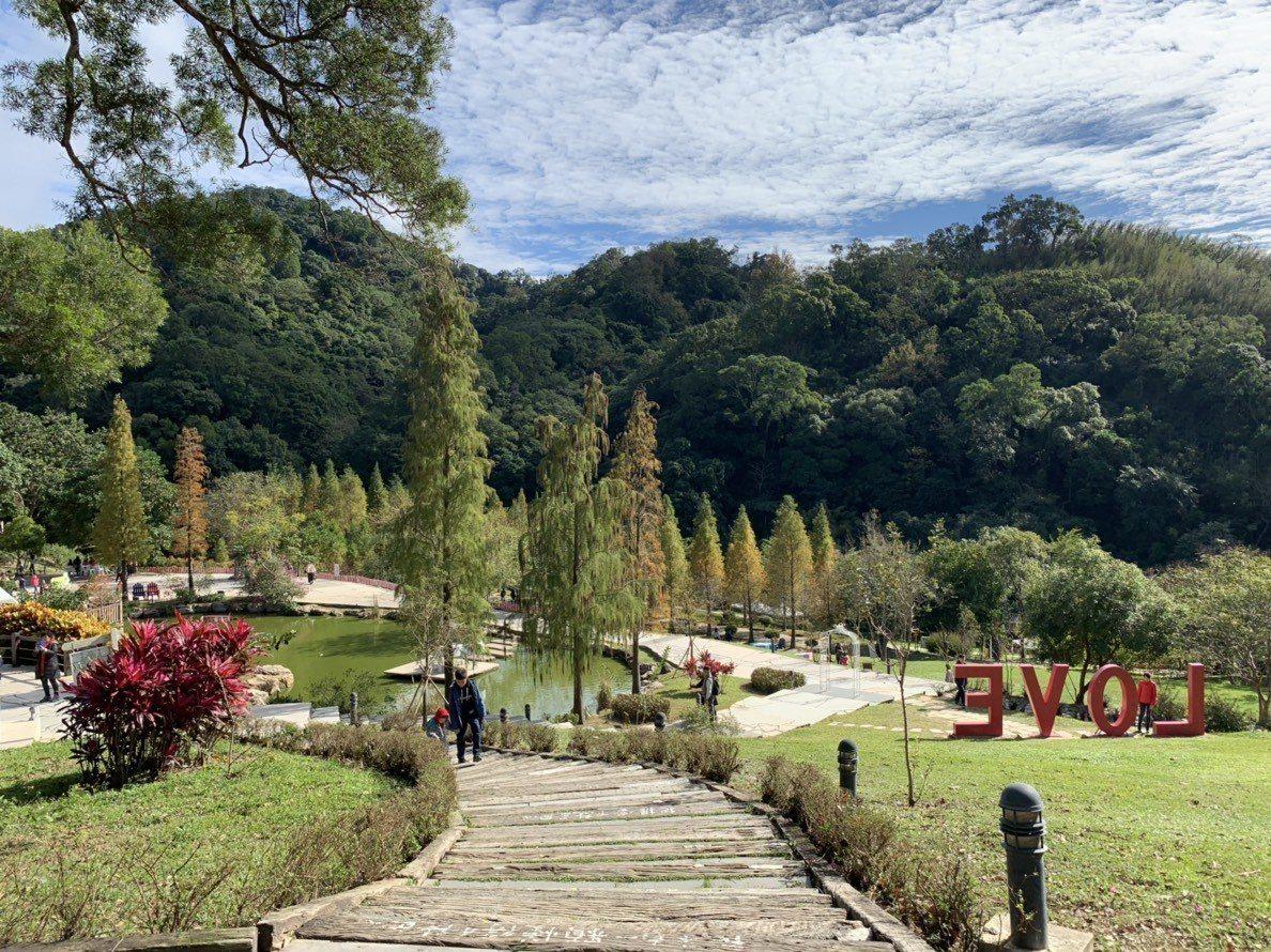 陽光、綠地、LOVE地景藝術裝置、教堂,以及歐式戶外氛圍,能拍攝一系列的浪漫照片...