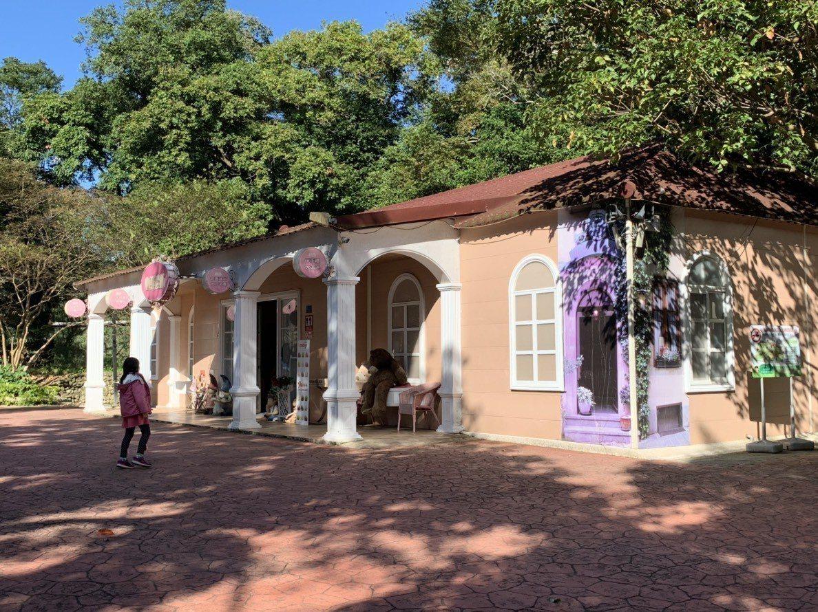 園裡粉嫩的建築物,是販賣小禮品的地點。記者陳斯穎/攝影