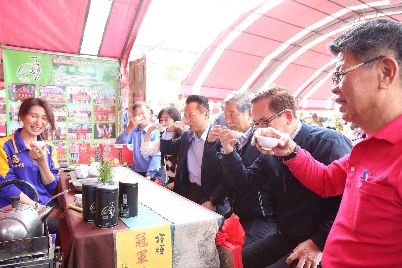 翁章梁(右四)走訪製茶業者品銘,並聽取茶農意見。記者謝恩得/翻攝