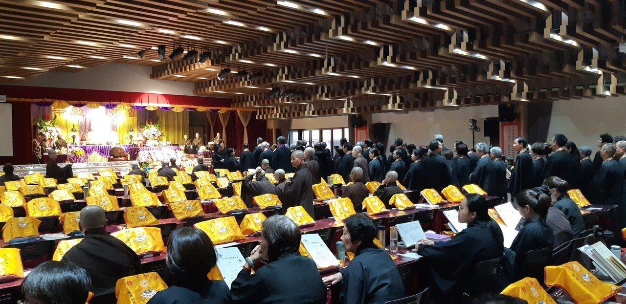 一年一度的華巖祈福法會有上百位海內外法師、居士共襄盛舉,祈求地球平安。記者賴郁薇...