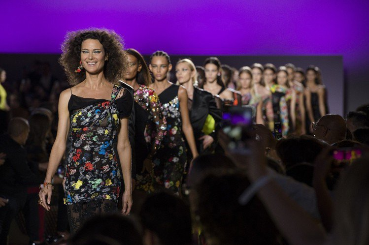 2019春夏,Versace找來活躍於九○年代的加拿大超模Shalom Harl...