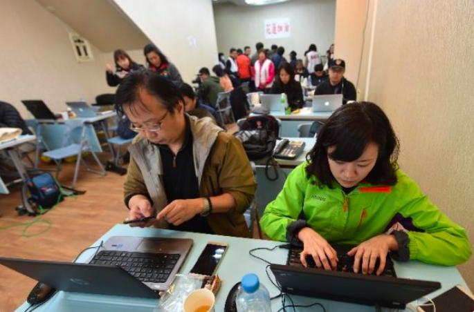 新華社駐台記者李凱(左一)和李慧穎(右一)在花蓮地震期間寫稿。圖/翻攝自新華社