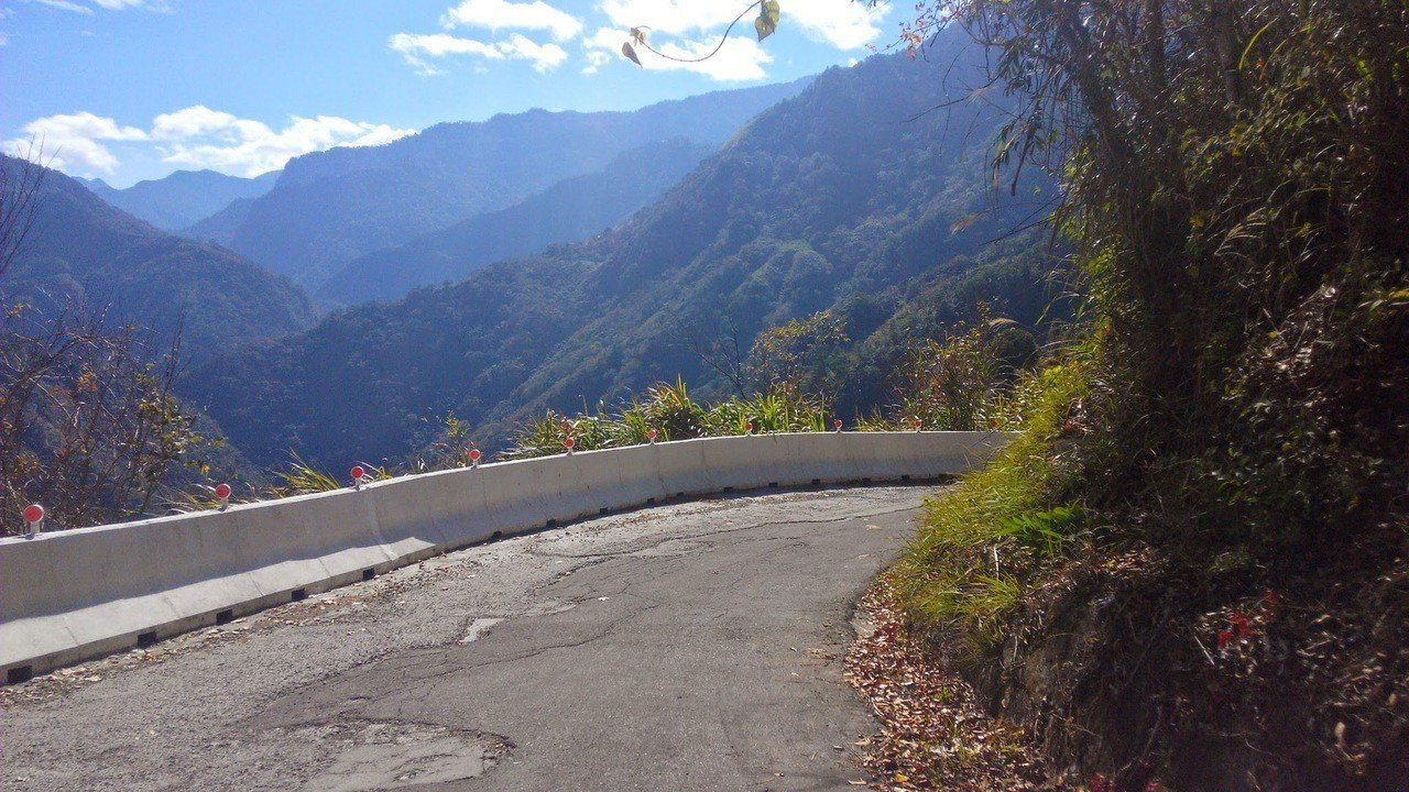由於司馬庫斯聯外道路寬僅5米,施工時,很難維持道路暢通。 圖/尖石鄉公所提供