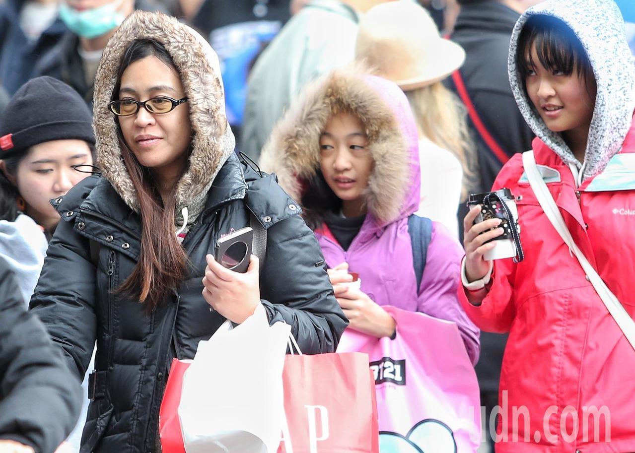 外出民眾穿著保暖衣物禦寒。記者侯永全/攝影