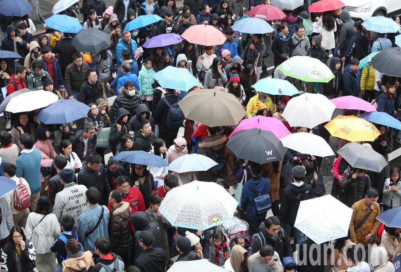 元旦連假第二天,信義區商圈湧現大批逛街人潮。記者侯永全/攝影