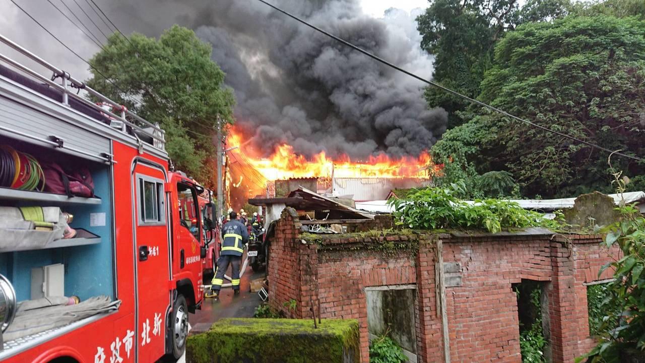 新北市新店區北宜路一段105巷內一處鐵皮屋今天下午3時許發生火警,現場烈焰沖天。...