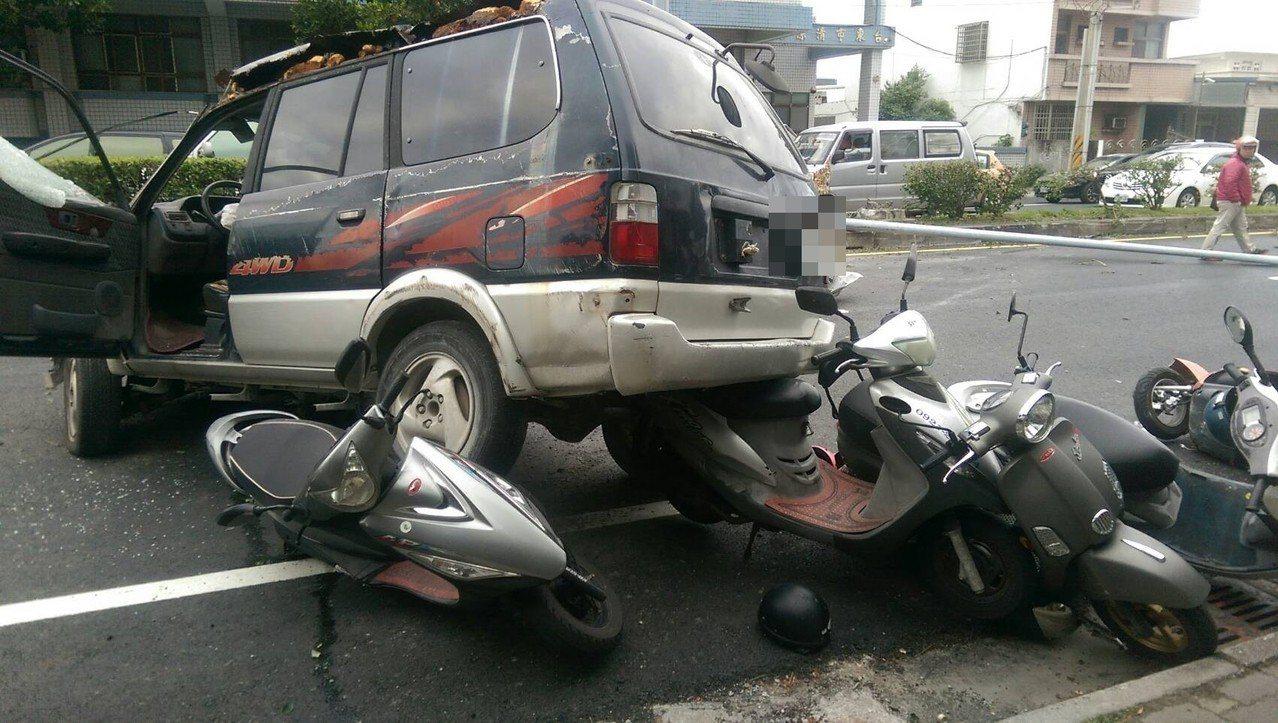 79歲賴姓男子疑似超車不當,擦撞同向轎車左後車尾,再衝過中央分隔島,撞斷1根路燈...