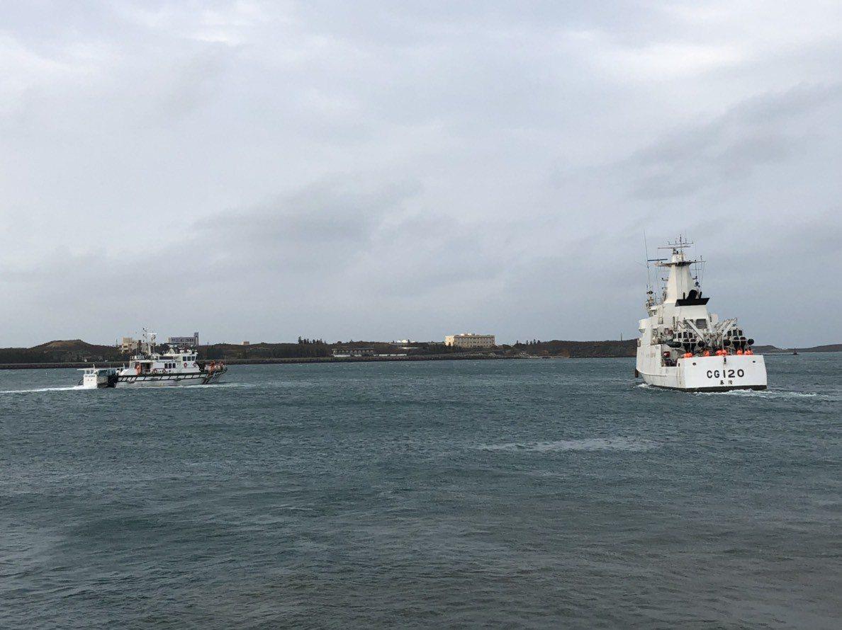 海巡署持續監控驅逐越界捕魚的大陸漁船。圖/澎湖縣府提供