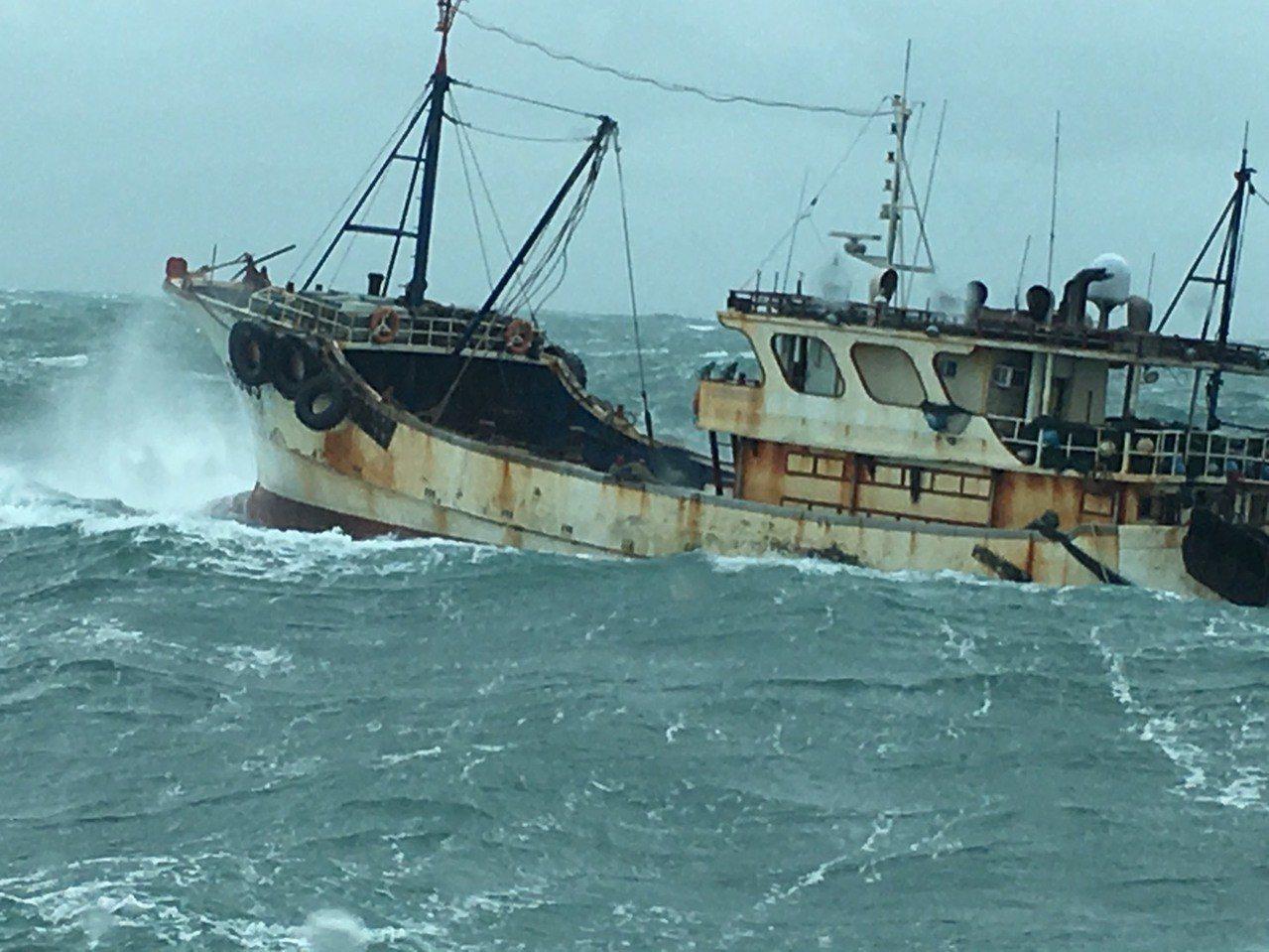 中國大陸漁船常涉趁海象不佳,越界到澎湖捕魚。圖/澎湖縣府提供
