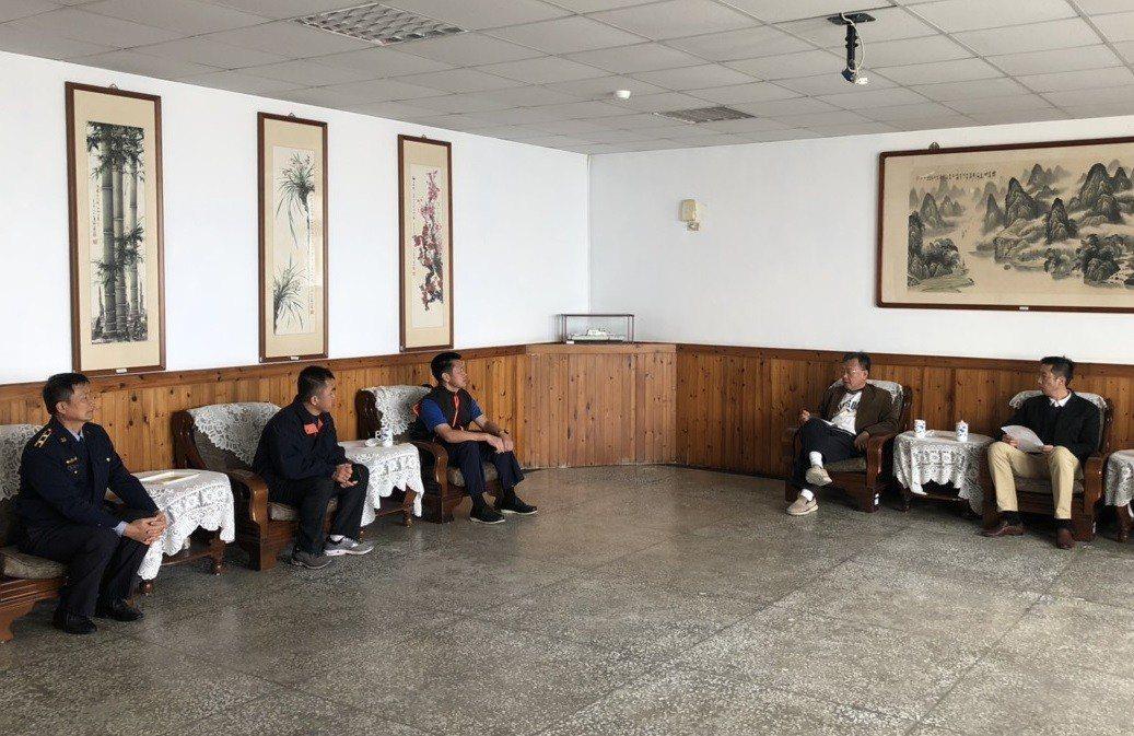 澎湖縣長賴峰偉(右二)今天拜訪海巡署艦隊分署第八海巡隊,表示對大陸越界捕魚問題,...