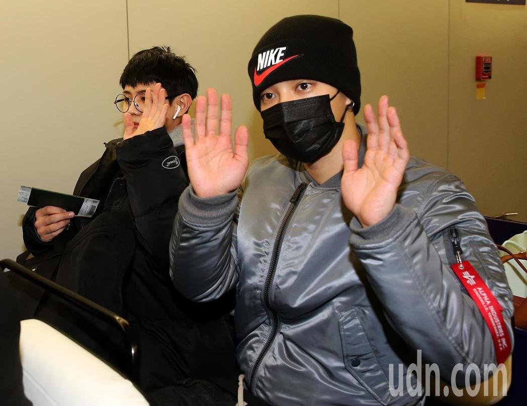 南韓團體Highlight成員耀燮及起光,30日晚間搭機抵達桃園機場,準備在台灣...