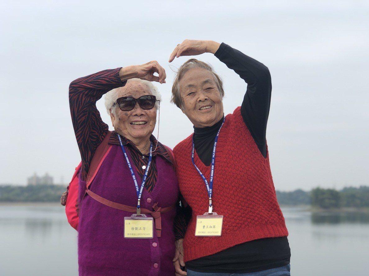 徐劉正芳(左)、曹王淑英都是92歲,同齡且相識超過70年深厚交情,兩人一路手牽手...