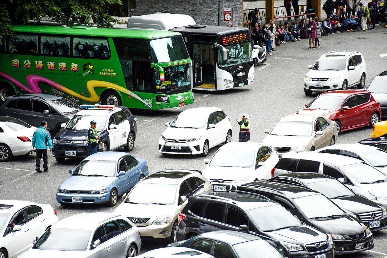 今天中午遊客「擠爆」中午天祥停車場,警方部署警力指揮。圖/警方提供