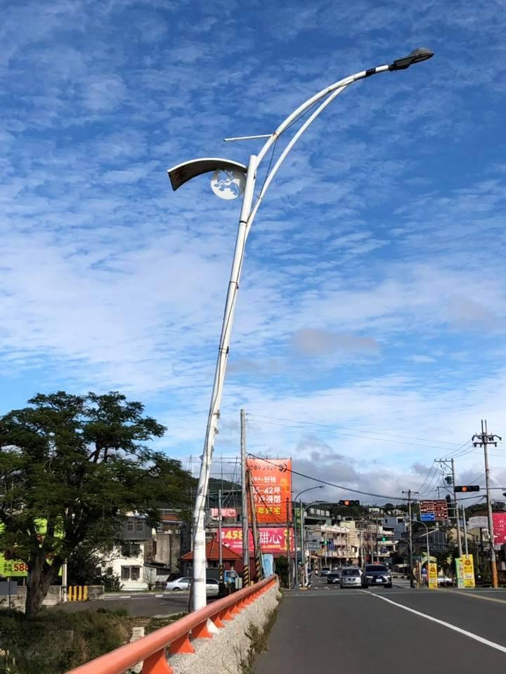 新埔大橋的路燈被強風吹到傾斜。圖/擷取自臉書社團「新埔人」