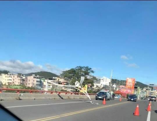 新埔大橋的路燈被強風吹斷,民眾報案後警方到現場指揮交通。圖/擷取自臉書社團「新埔...