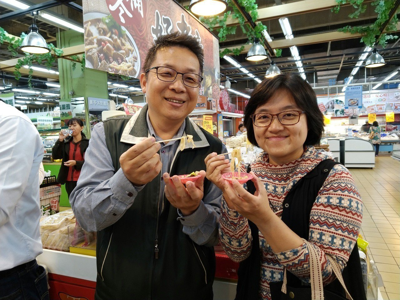 民眾在量販店試吃芹菜炒豆皮。圖/明道大學提供