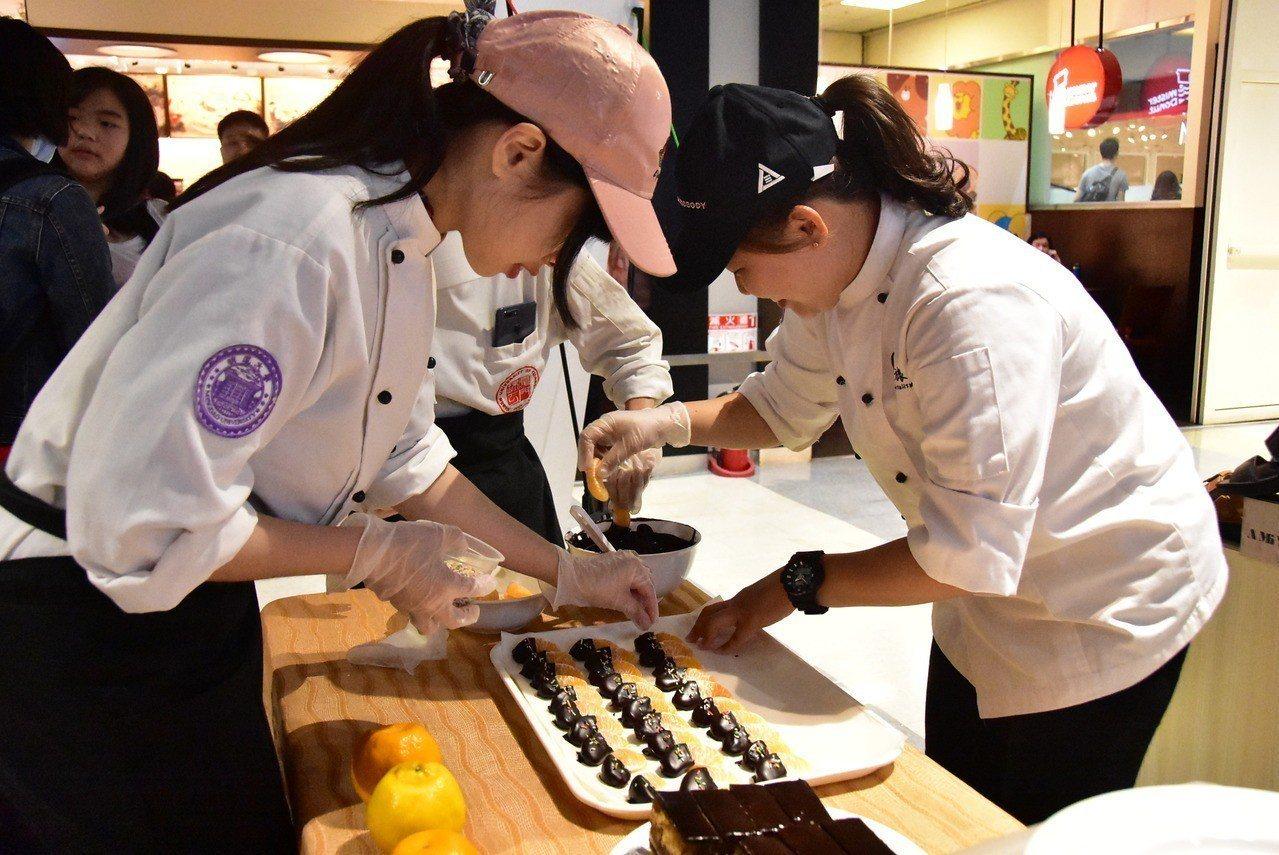 明道大學餐旅系學生製作橘子巧克力。圖/明道大學提供