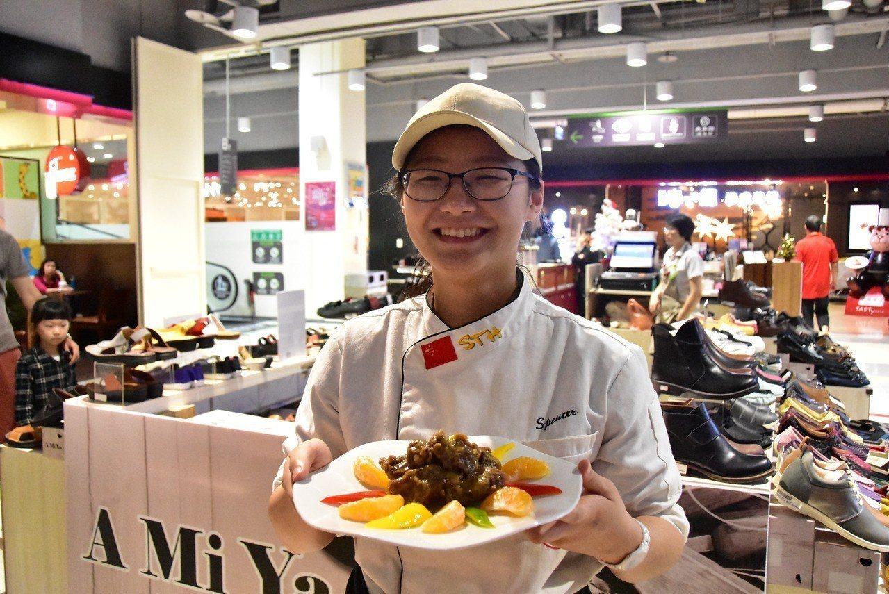 明道大學師生推廣在地水果,在量販店上菜「台灣柑橘嫩子排」。圖/明道大學提供